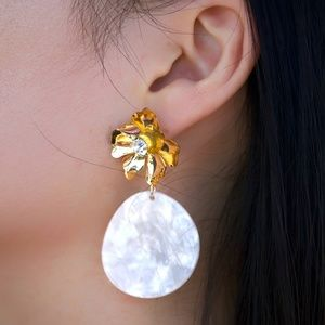 Gimmae Gimmae Gold Flower with Oval Drop Earrings